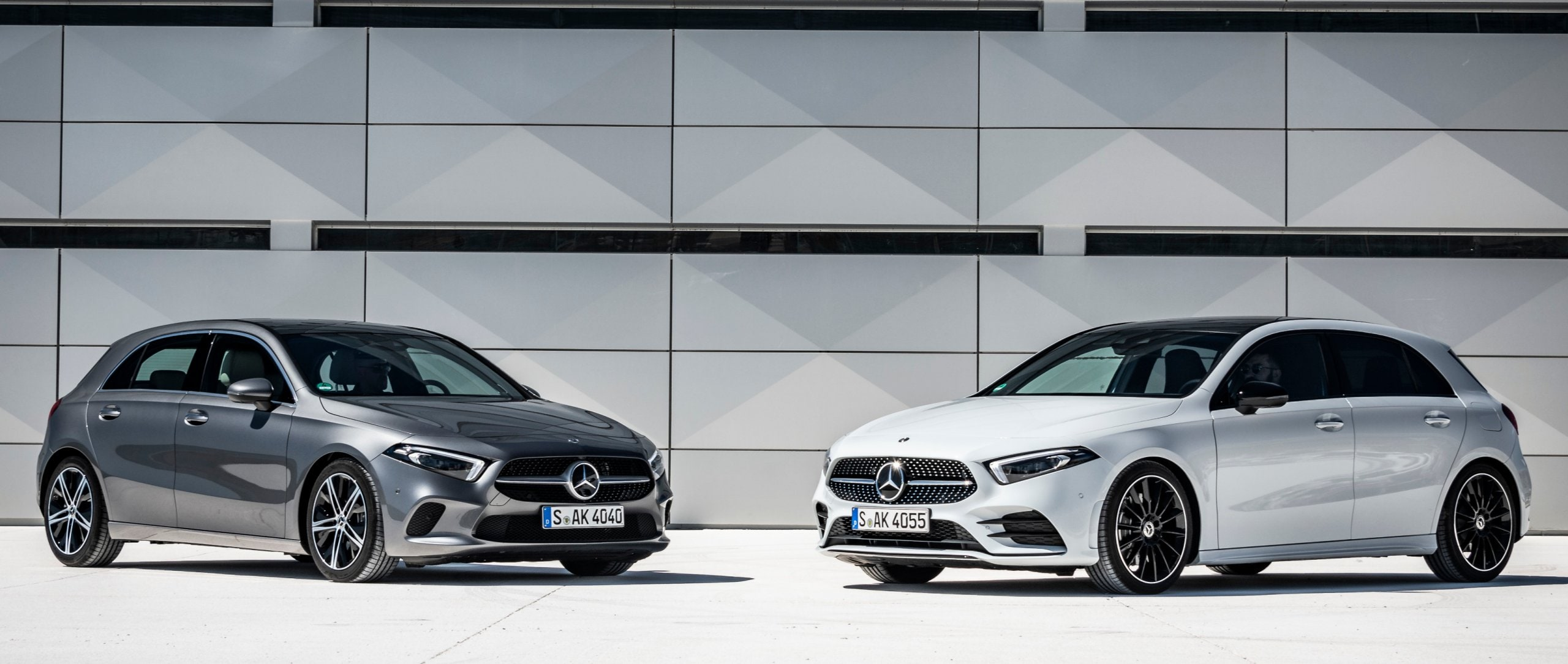 Der Mercedes-Benz A 200 Progressive in Mountaingrau und die Mercedes-Benz A 180 d AMG Line in Digitalweiß.