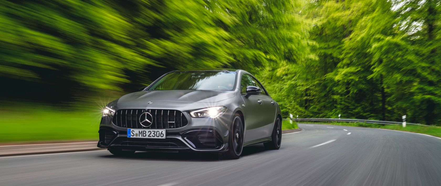 Vorderansicht des neuen 2020er Mercedes-AMG CLA 45 S 4MATIC+ Coupé (C 118) in Design Mountaingrau Magno.