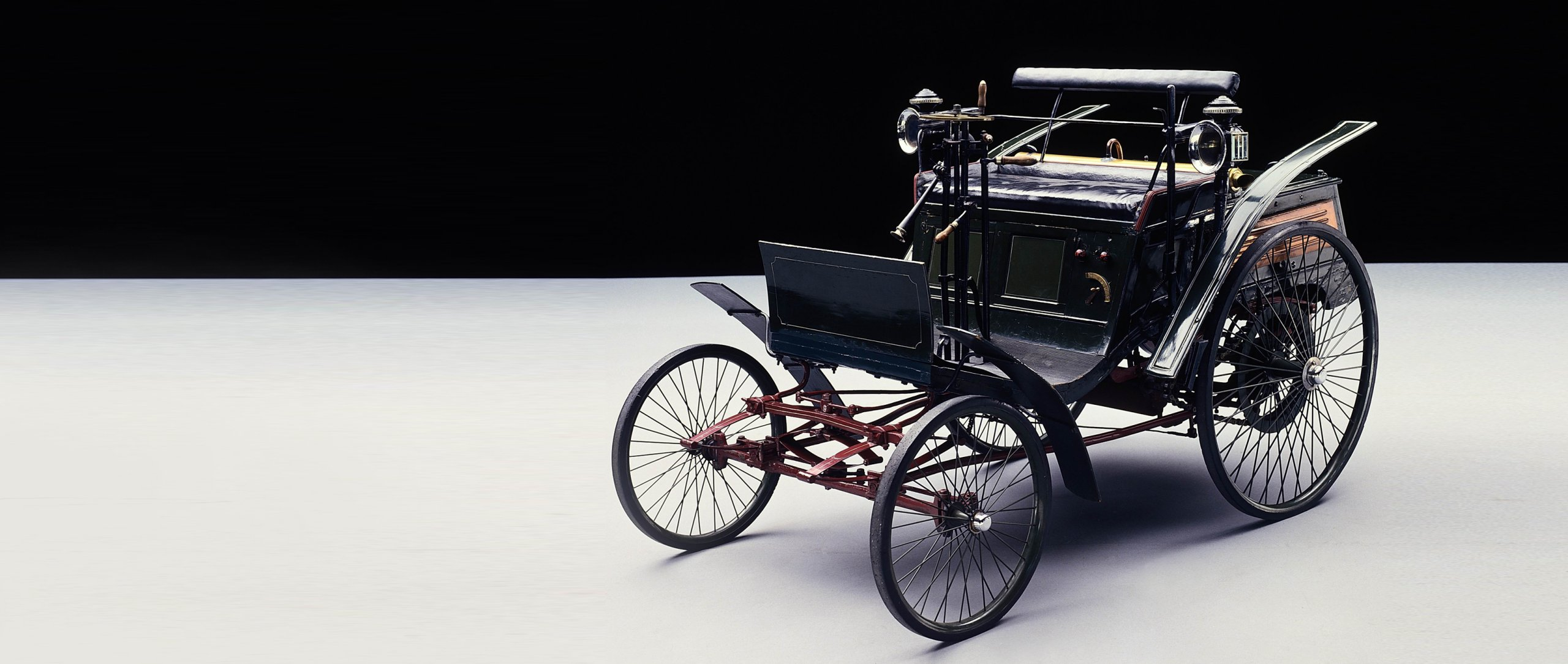 The Motor Velocipede is added to the Benz & Cie. model range in 1894 to introduce a low-priced compact car.
