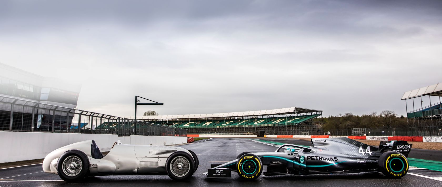 Meeting of the generations. The current Formula 1 car driven by Lewis Hamilton meets the Mercedes-Benz W 125 from 1937.