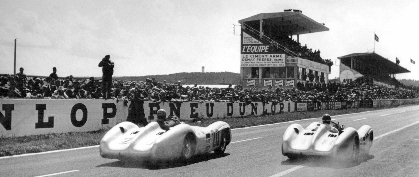 A new start with a new racing car: On 4 July 1954, Mercedes-Benz starts in Formula 1 for the first time and wins the French Grand Prix in Reims with the W 196 R, moving on to take a one-two victory.