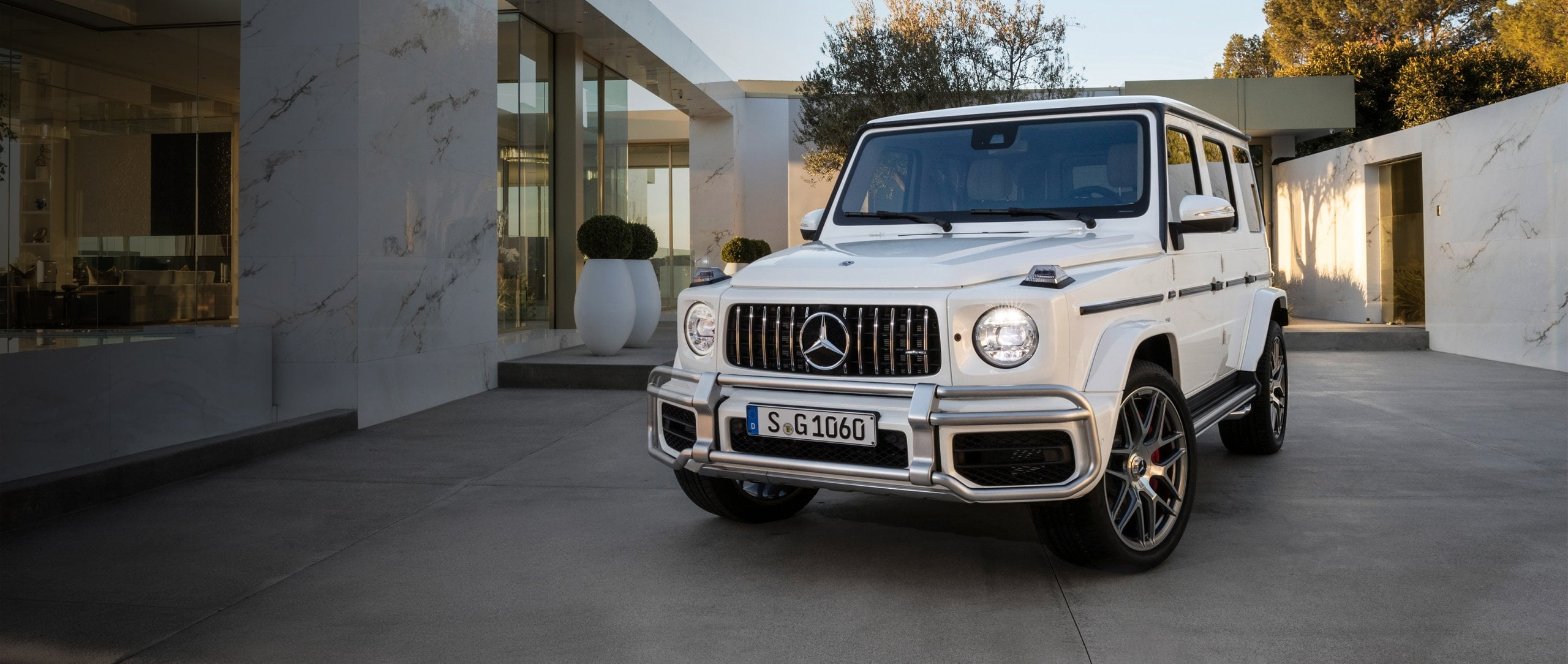The Mercedes-Benz G-Class is standing in the courtyard of a villa.