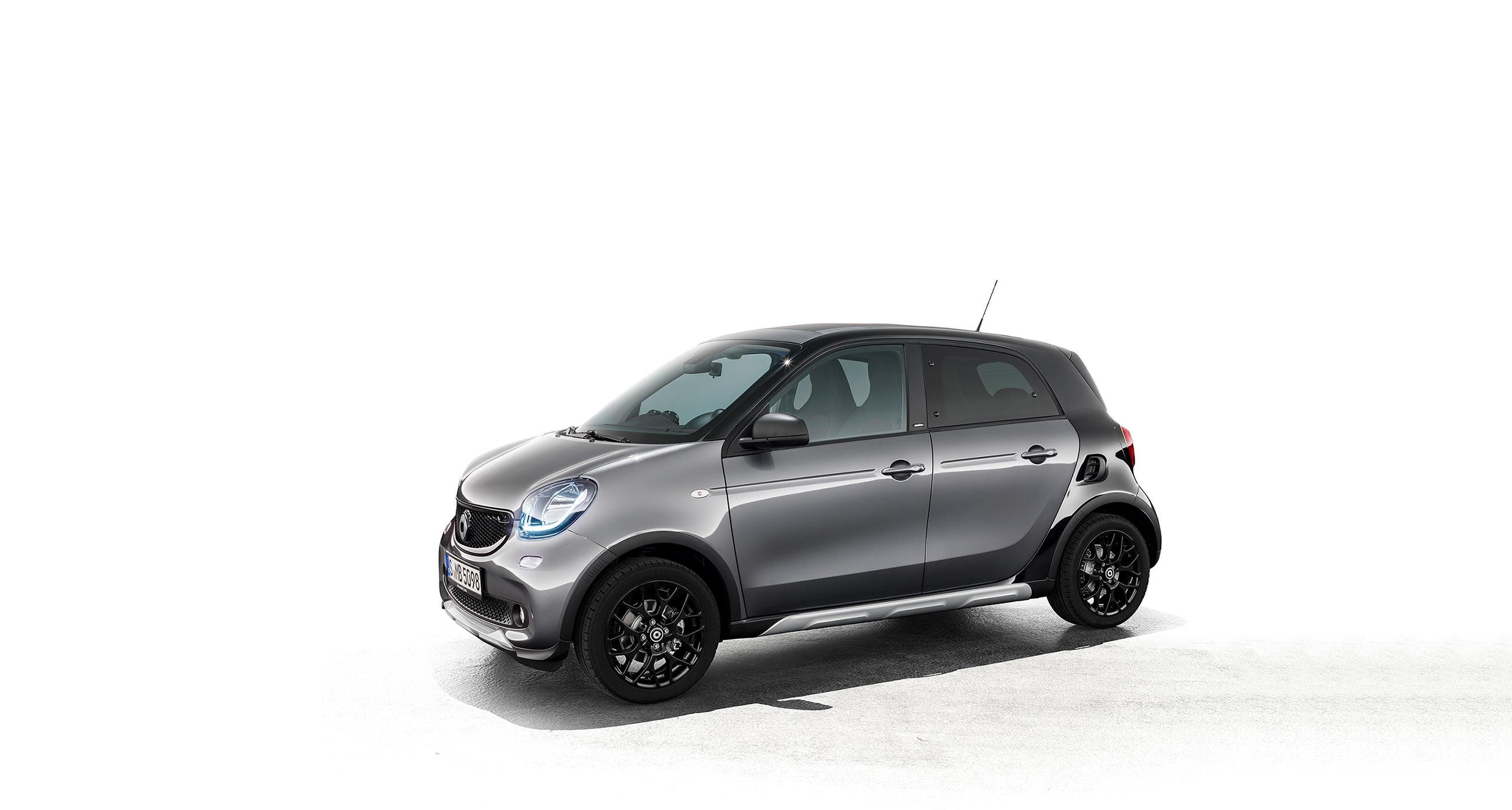 smart forfour crosstown edition (W 453): Special detachable parts in underride guard-look and striking side skirts conjure up a sporty crossover appearance.