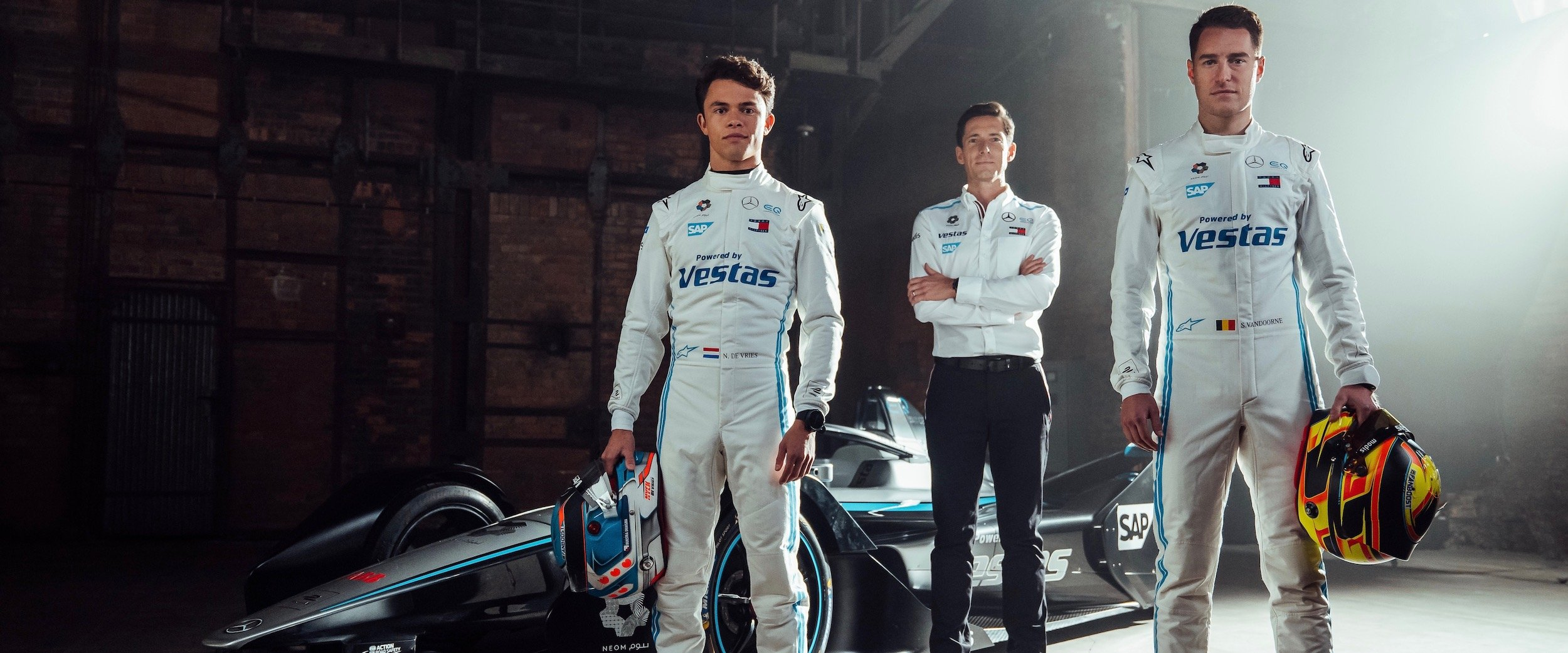 Ian James, Nyck de Vries and Stoffel Vandoorne standing in front of the race car