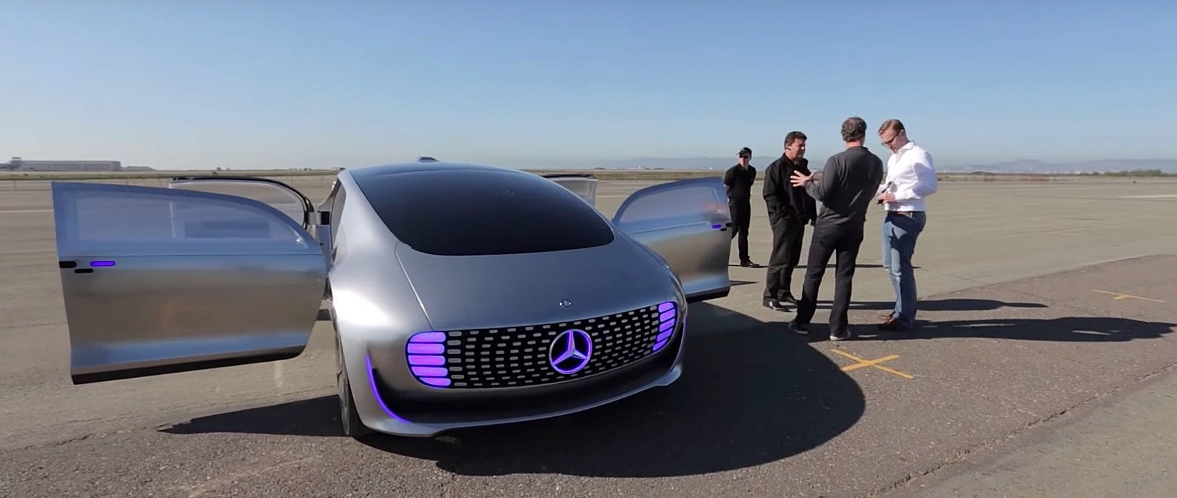 Semi-profile view of the Mercedes-Benz research car F 015 Luxury in Motion with open doors.