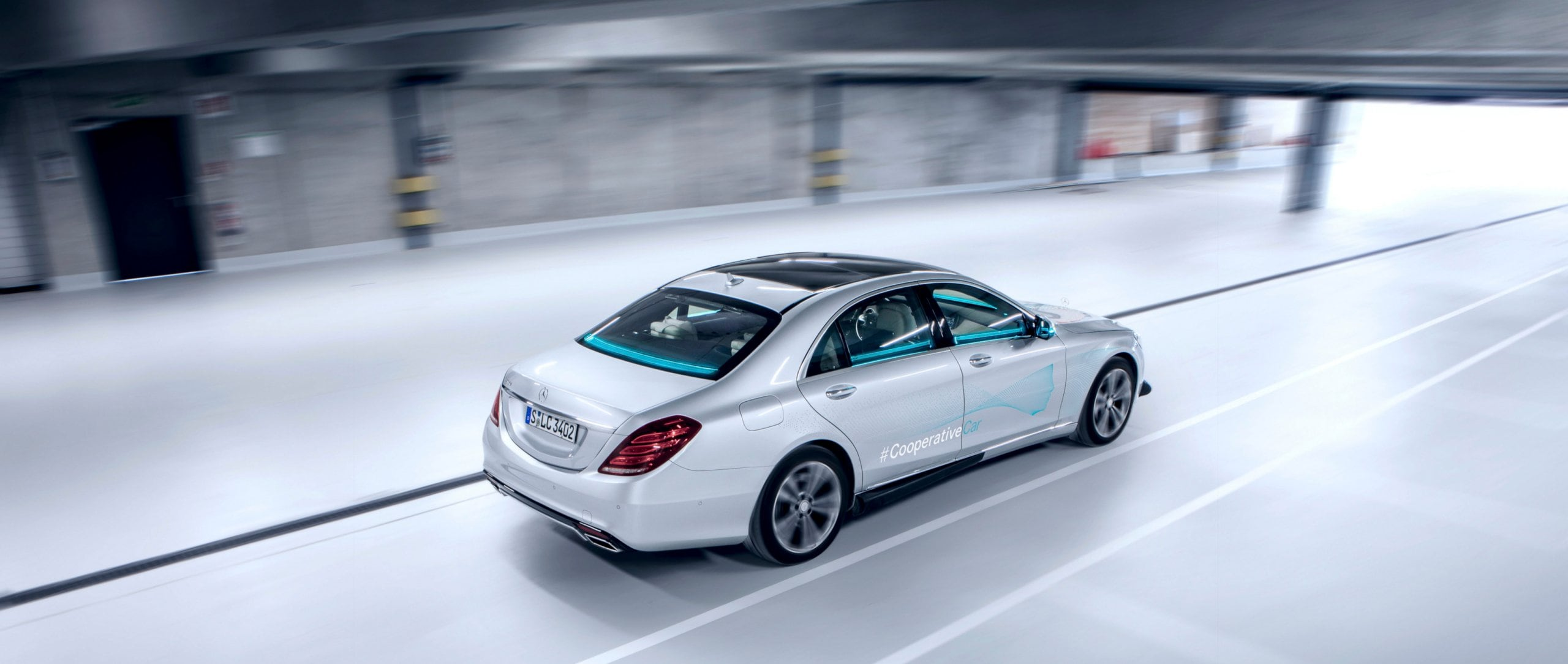 The cooperative vehicle based on a Mercedes-Benz S-Class has 360-degree light signalling.
