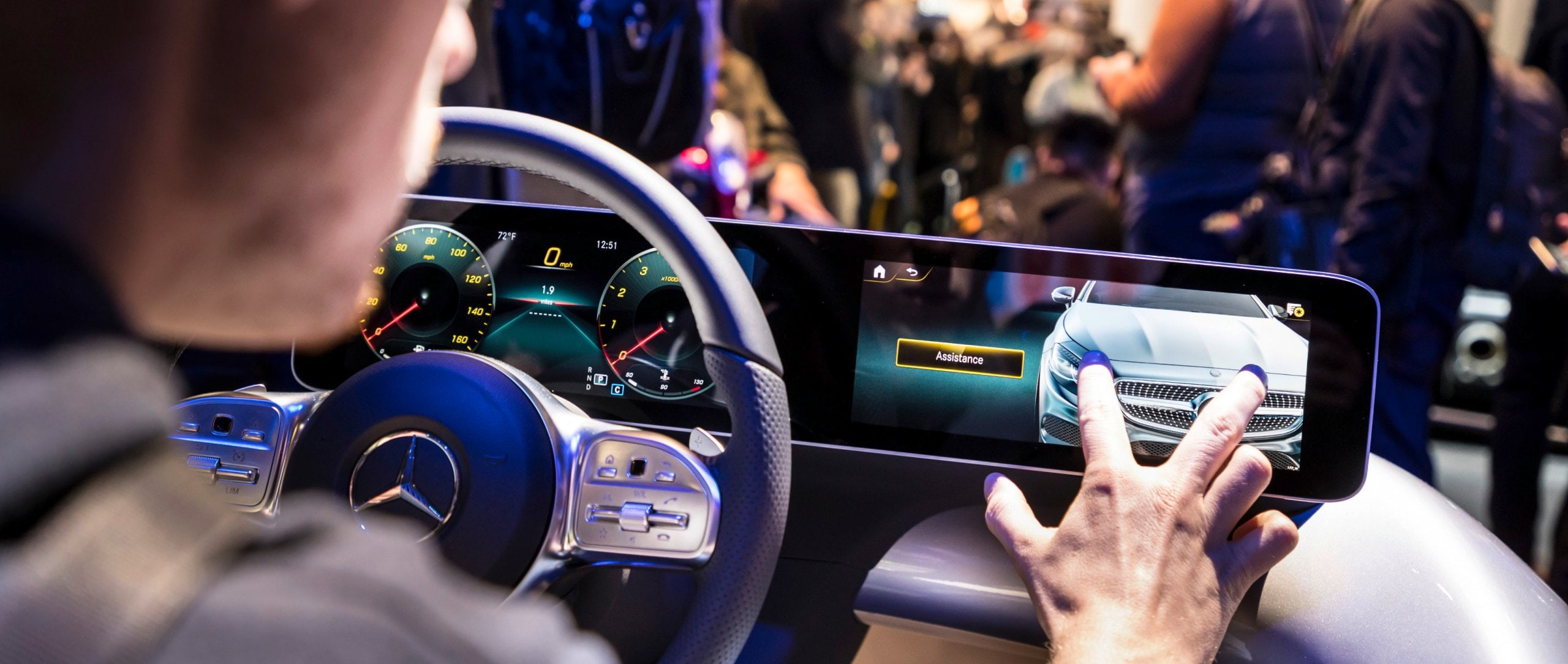 Handling of the intuitive and intelligent multimedia system MBUX – Mercedes-Benz User Experience
