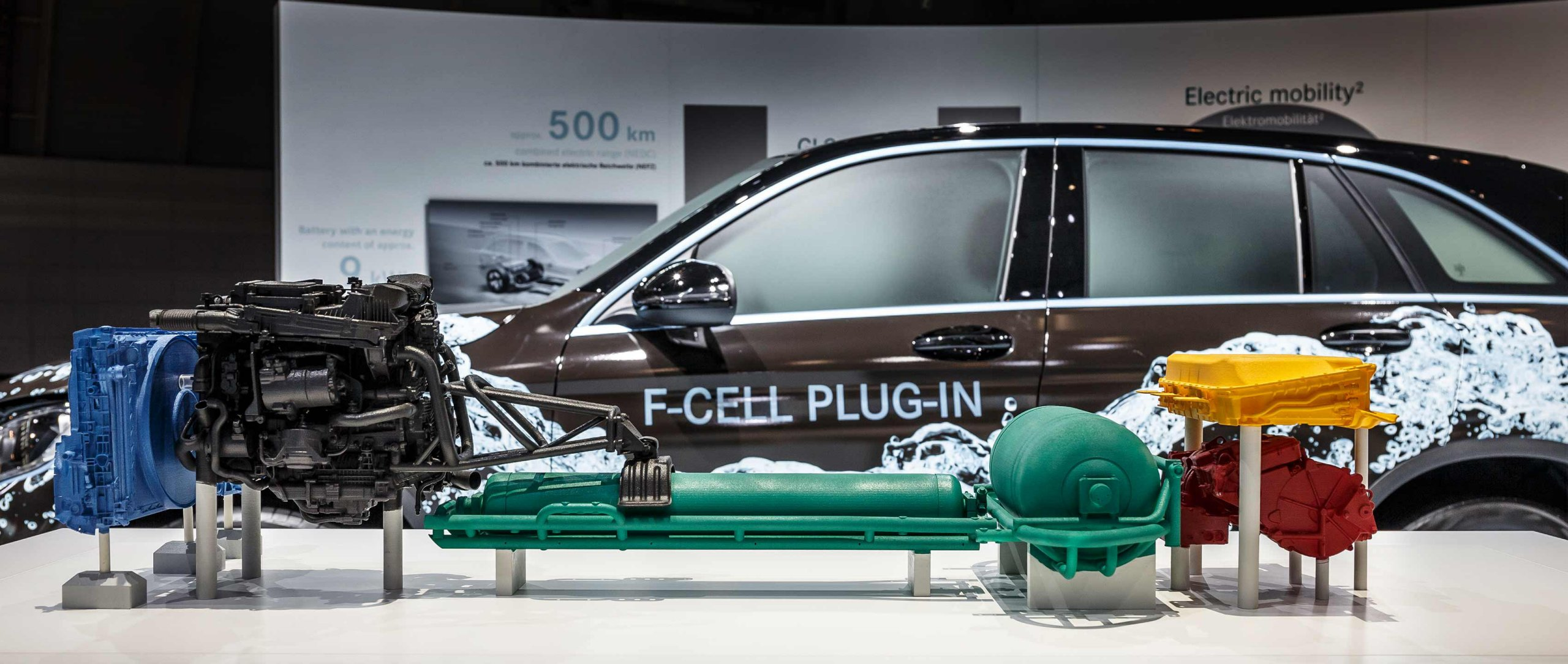 The drive system of the Mercedes-Benz GLC F-CELL (X 253). The next generation fuel cell vehicles runs on both hydrogen and electricity.