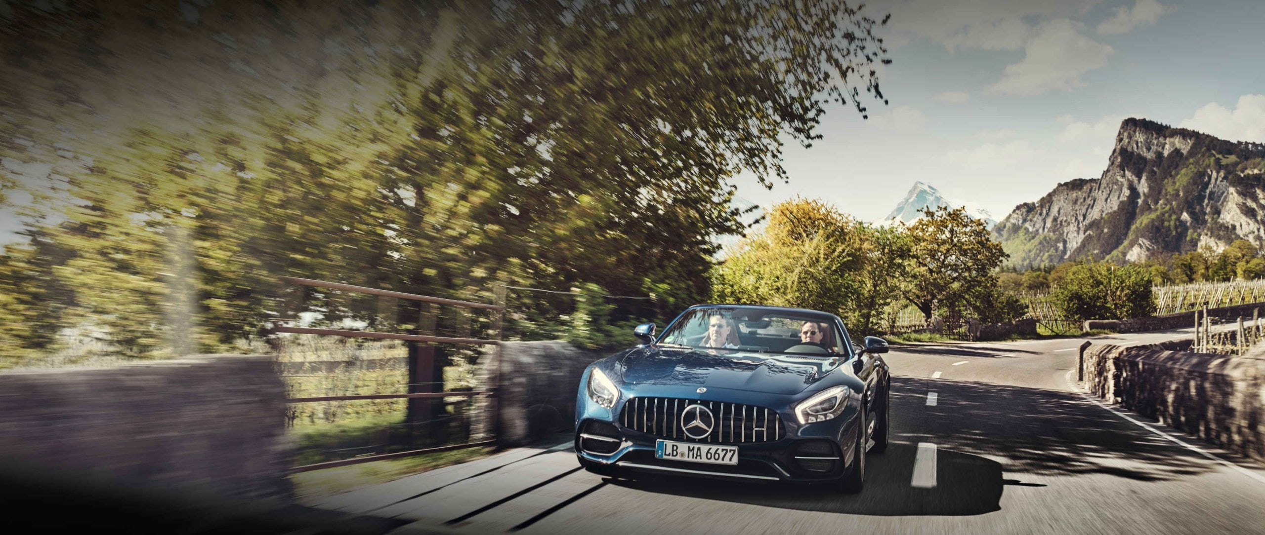 Mercedes-Benz: Mercedes-AMG Magazine – Two guys, one roadster, 1,000 kilometres. Marc-Remo and Gian on a road trip with the Mercedes-AMG GT C Roadster (R 190) in brilliant blue metallic.