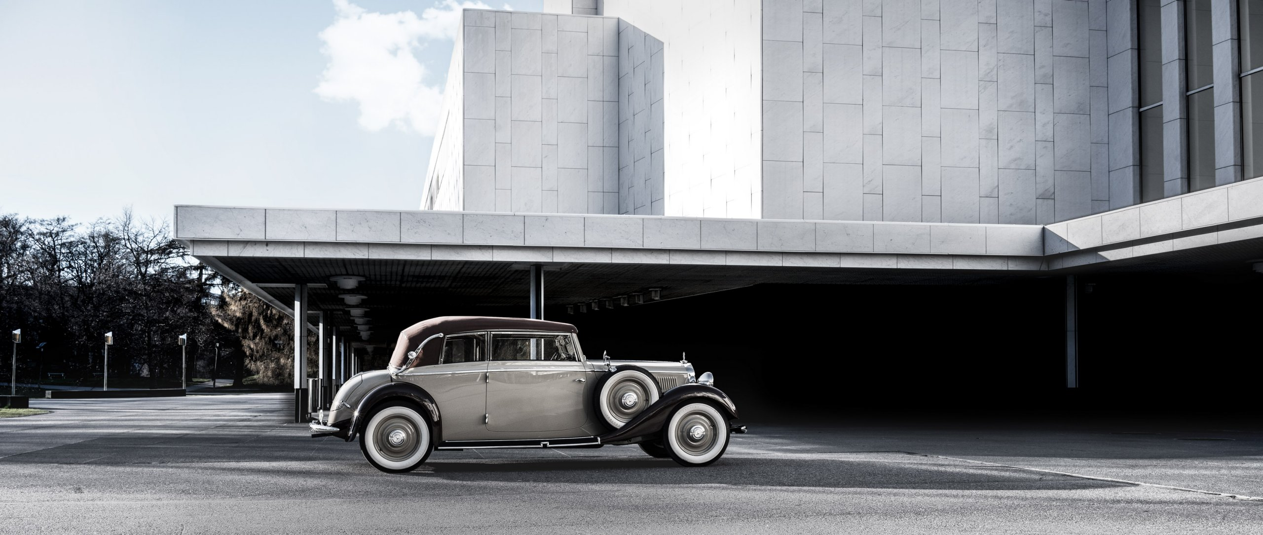 The Mercedes-Benz 200 lang Cabriolet B in front of the Finnlandia hall