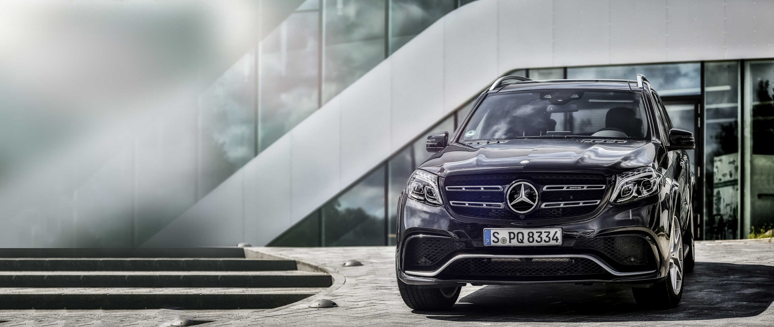 Mercedes-AMG GLS 63 4MATIC (X 166): front view in front of glass building.