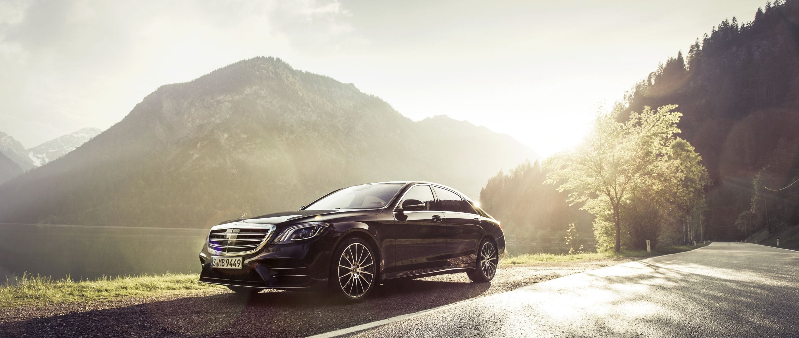 The Mercedes-Benz S 350 d 4MATIC (V 222) in black at the Plansee in Tyrol.