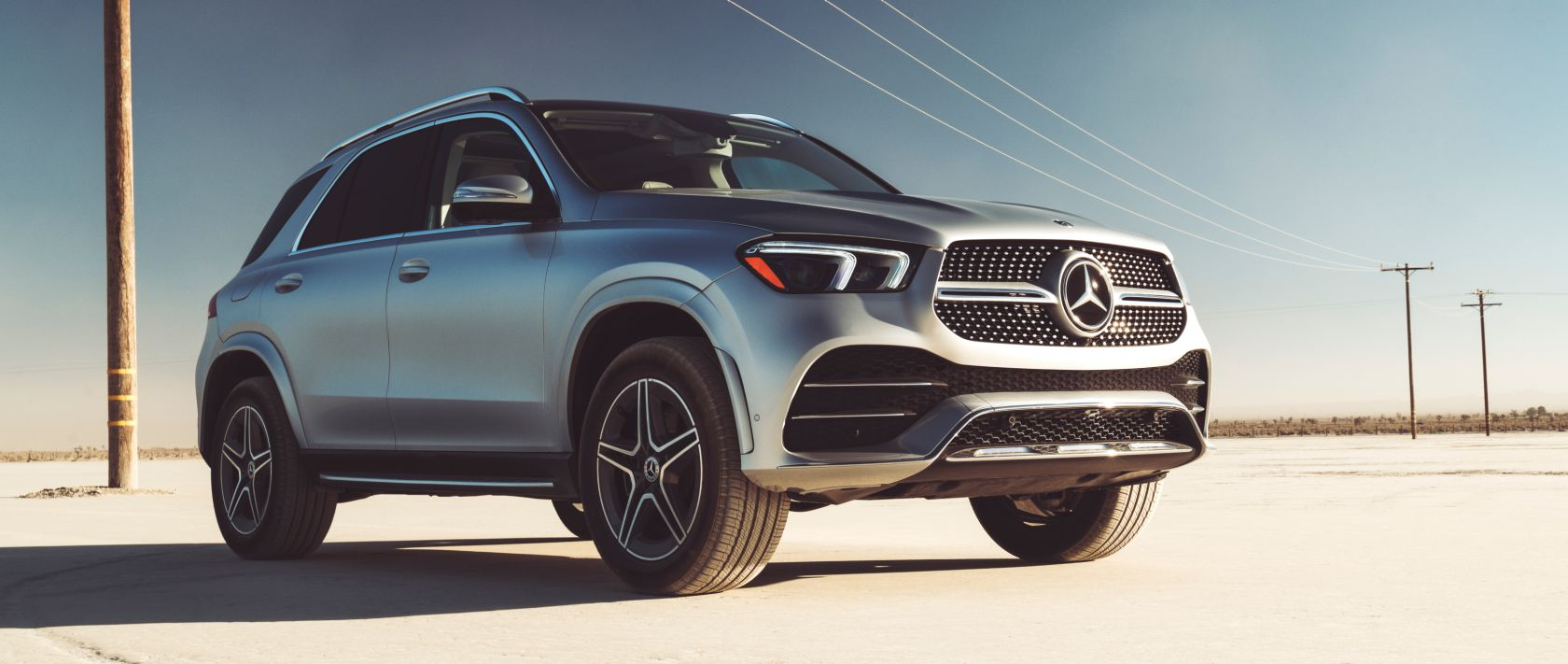 Low-angle view of the Mercedes-Benz GLE 450 4MATIC (V 167) in iridium silver metallic with black 20-inch AMG 5-twin-spoke light-alloy wheels.