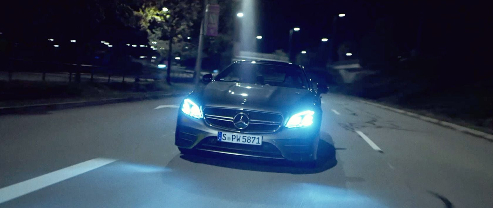 Mercedes-Benz #MBvideocar: The Mercedes-AMG E 53 4MATIC+ Coupé (C 238) in selenite grey at night.