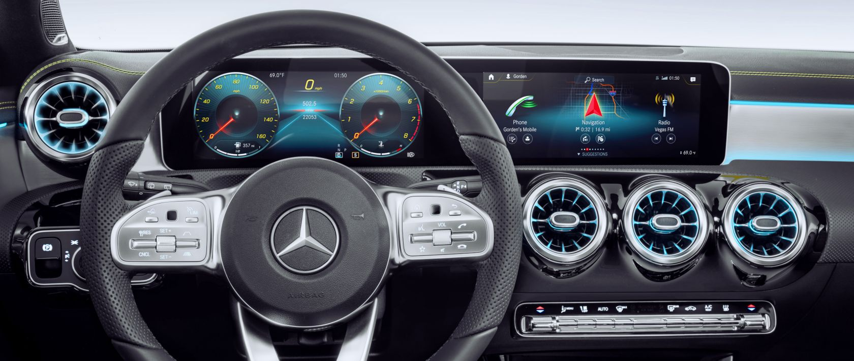 The widescreen displays of the Mercedes-Benz A-Class (W 177) allow for full personialisation.