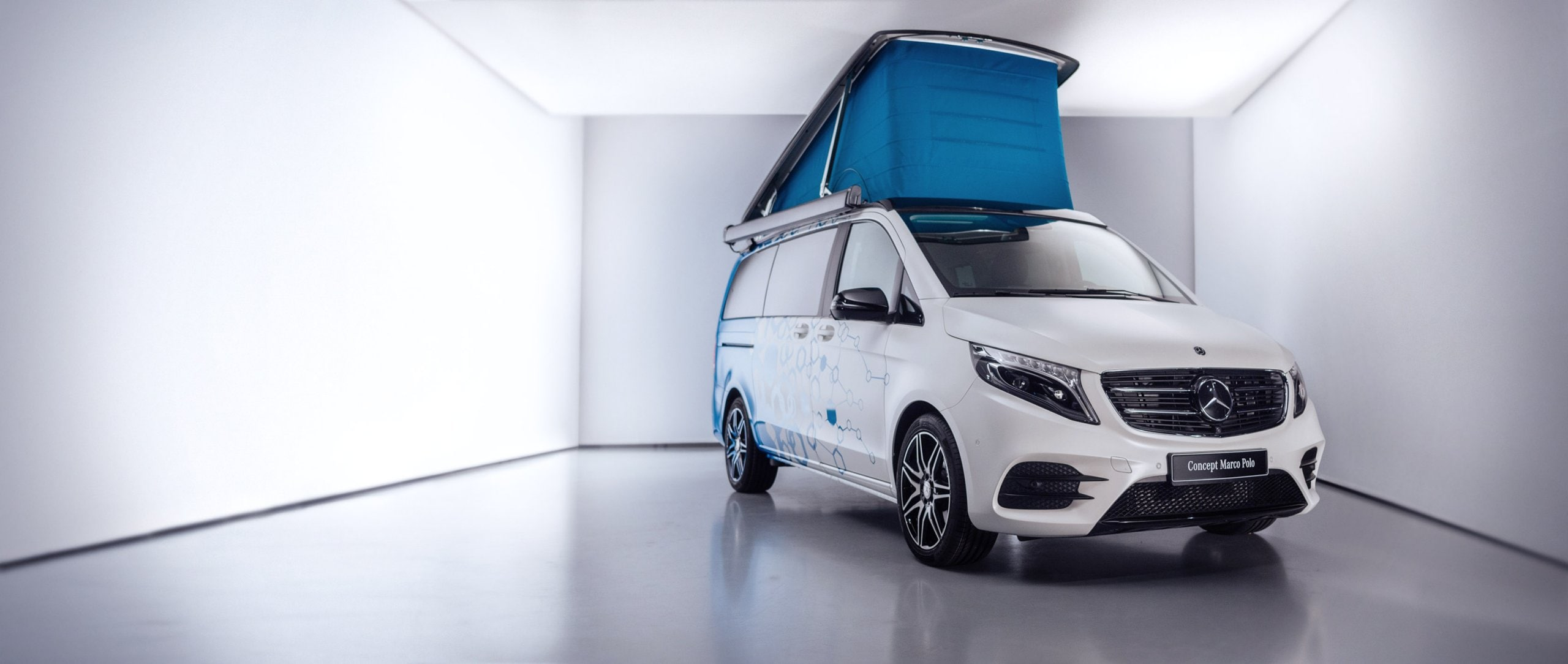 The Concept Marco Polo stands in a studio with the roof folded out