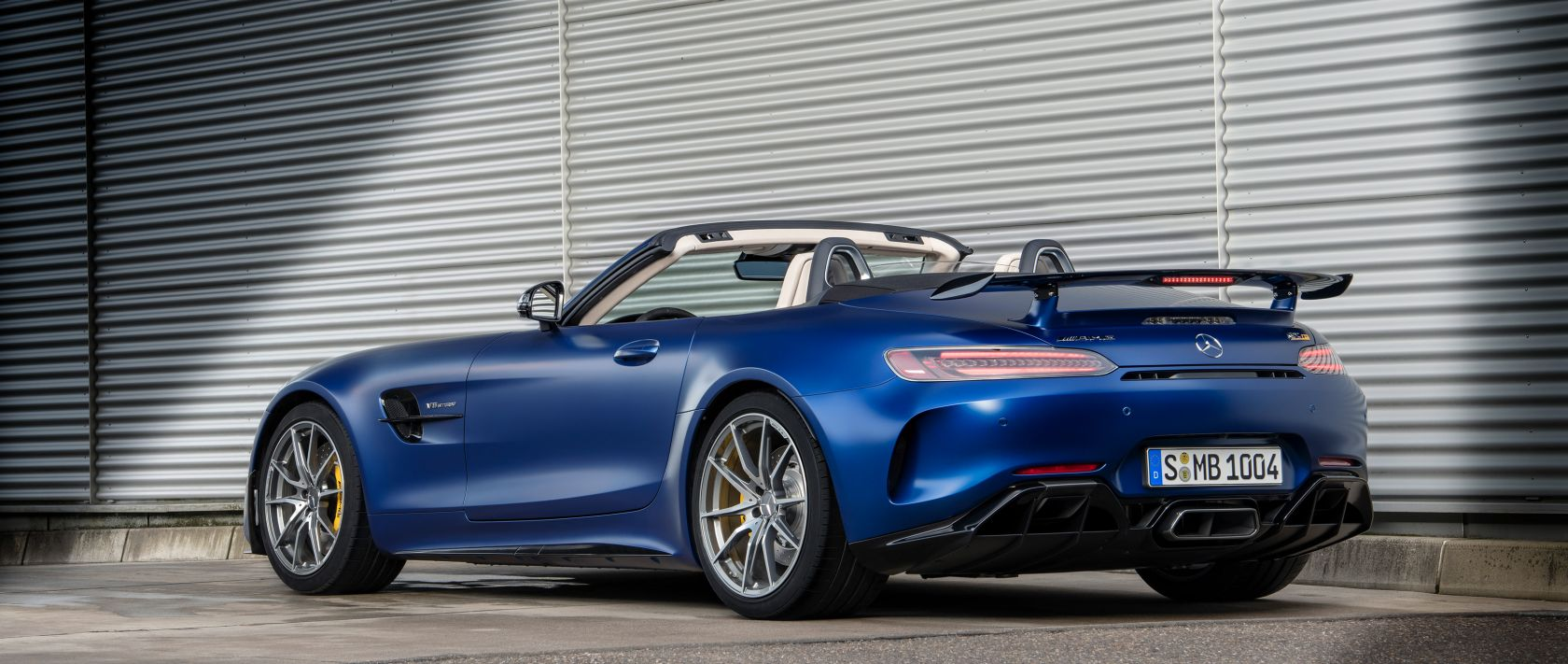 The new Mercedes-AMG GT R Roadster (R 190) in designo brilliant blue magno in rear view.