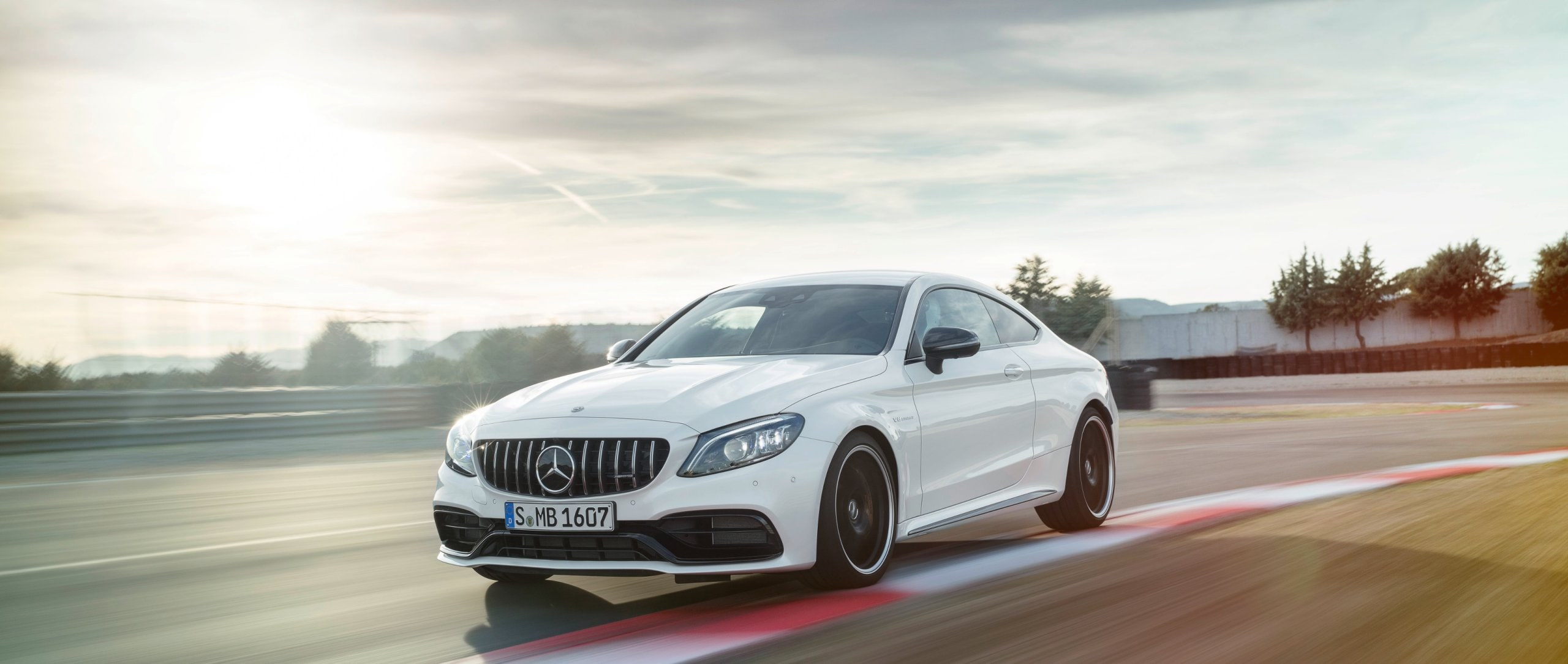 The Mercedes-AMG C 63 S Coupé (2018) perfectly embodies the core of the performance and sports car brand.
