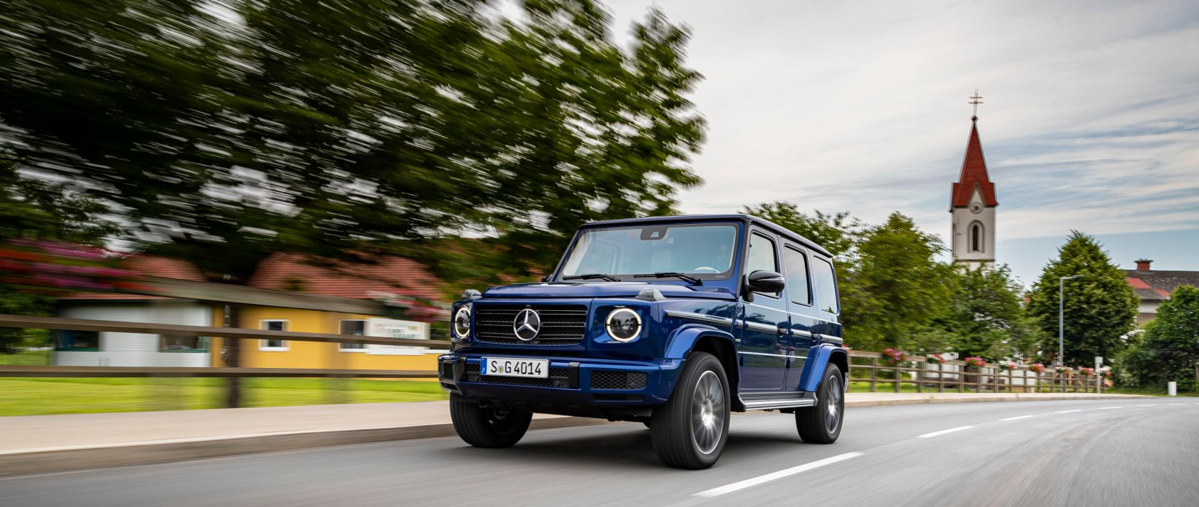 The Mercedes-Benz G 400 d (W 463) in brilliant blue on a road.