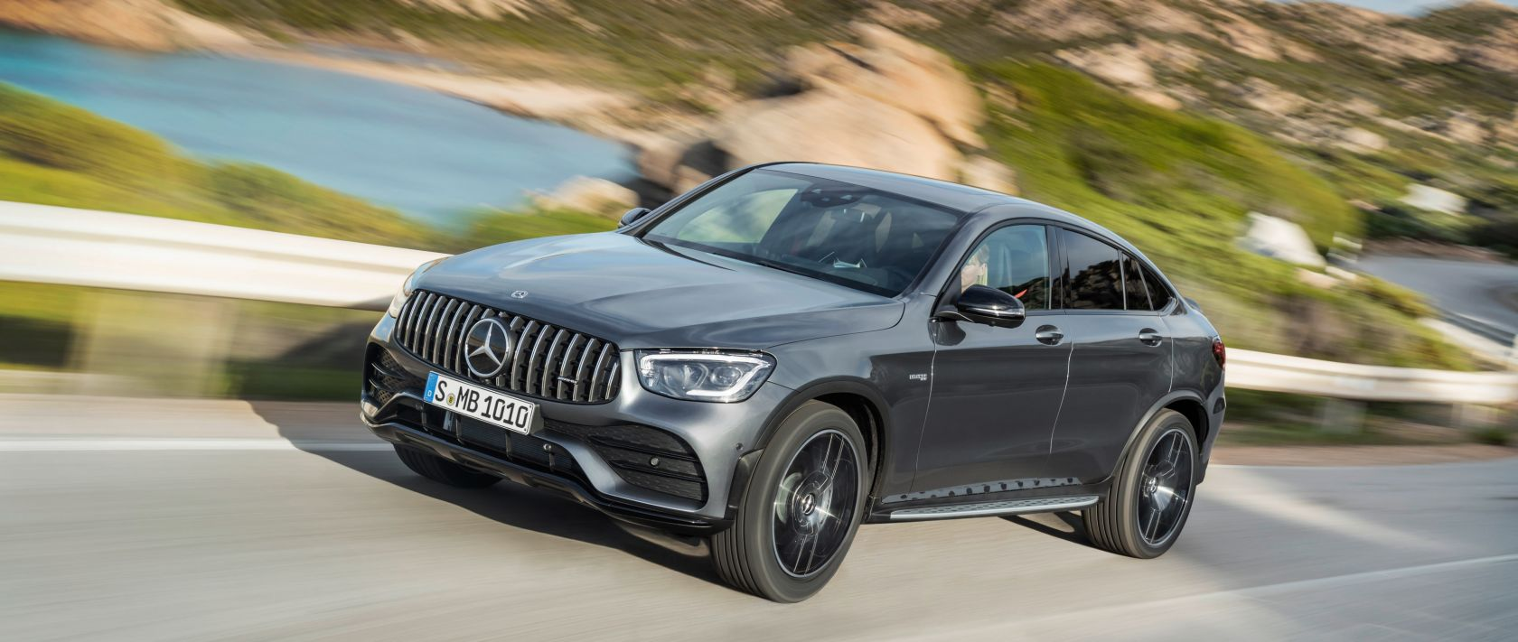 Fast scene: the 2019 Mercedes-AMG GLC 43 4MATIC Coupé (C 253) in selenite grey on a coastal road.