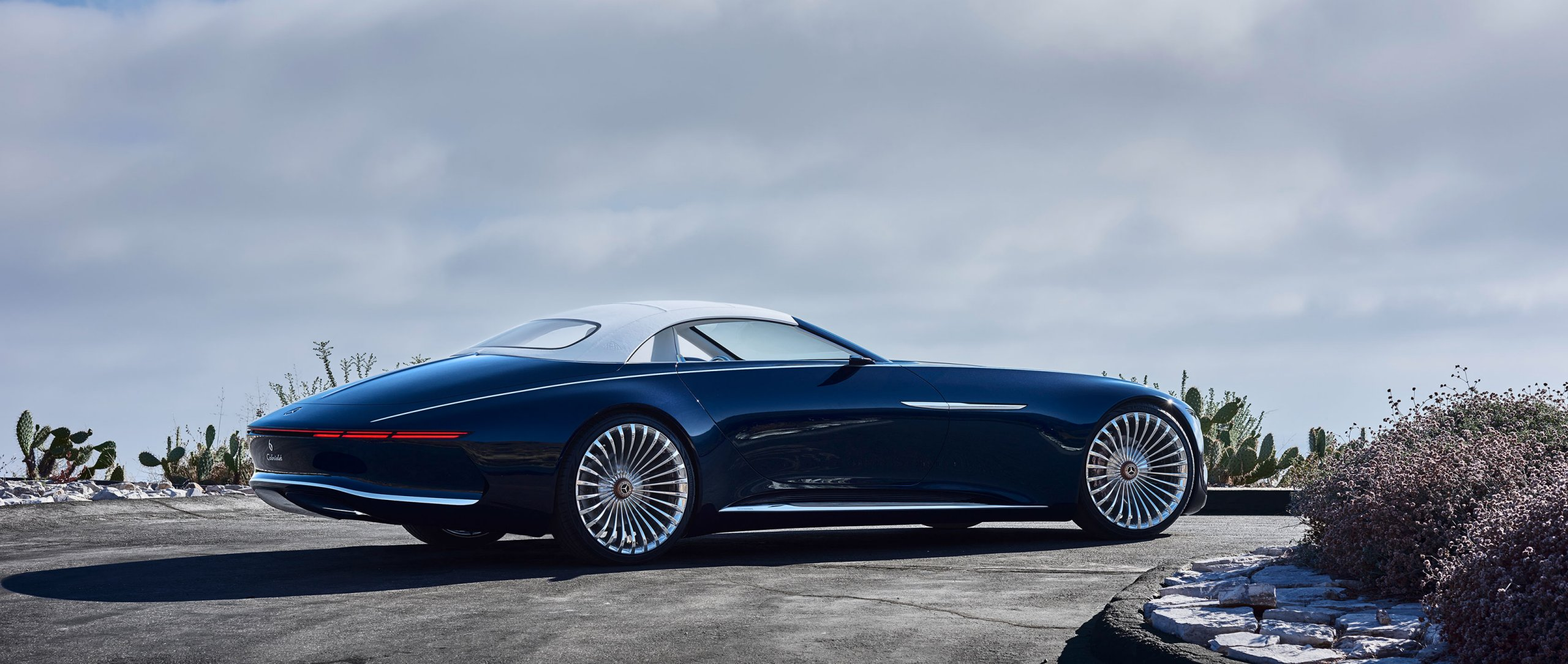 The Vision Mercedes-Maybach 6 Cabriolet incorporates the classic proportions of art deco design with its extremely long bonnet and puristic, flowing lines.