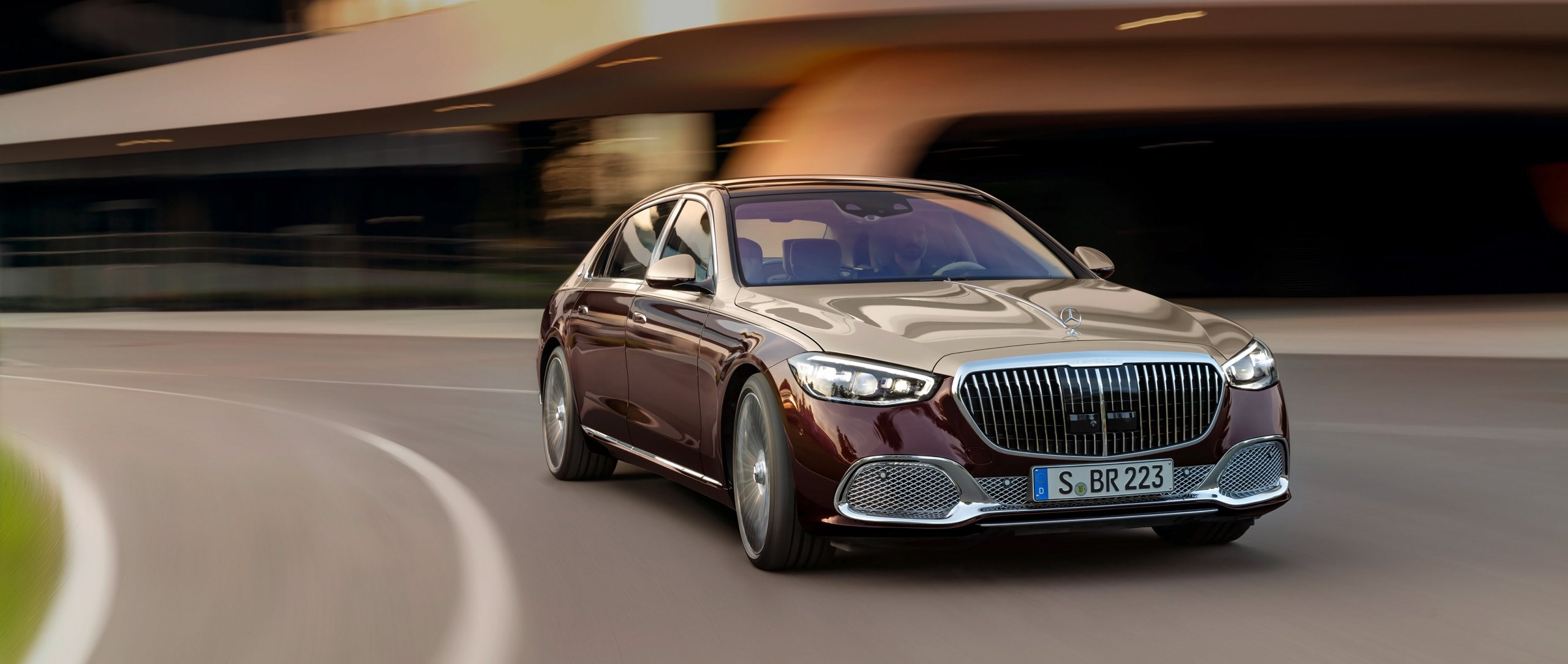 The 2021 Mercedes-Maybach S-Class (Z 223) in the two-tone paintwork designo kalahari gold and rubellite red