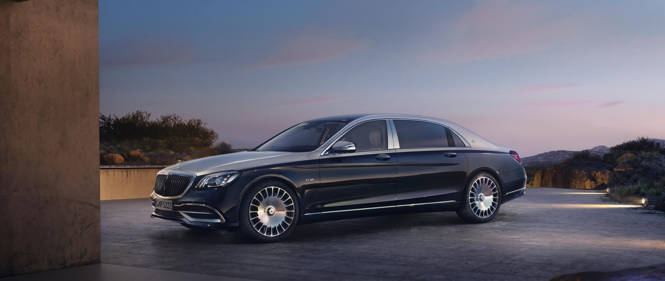 Mercedes-Benz: The Mercedes-Maybach S-Class (X 222) – The S 650 with V12 biturbo engine and two-tone paintwork in Aragonite silver/anthracite blue.