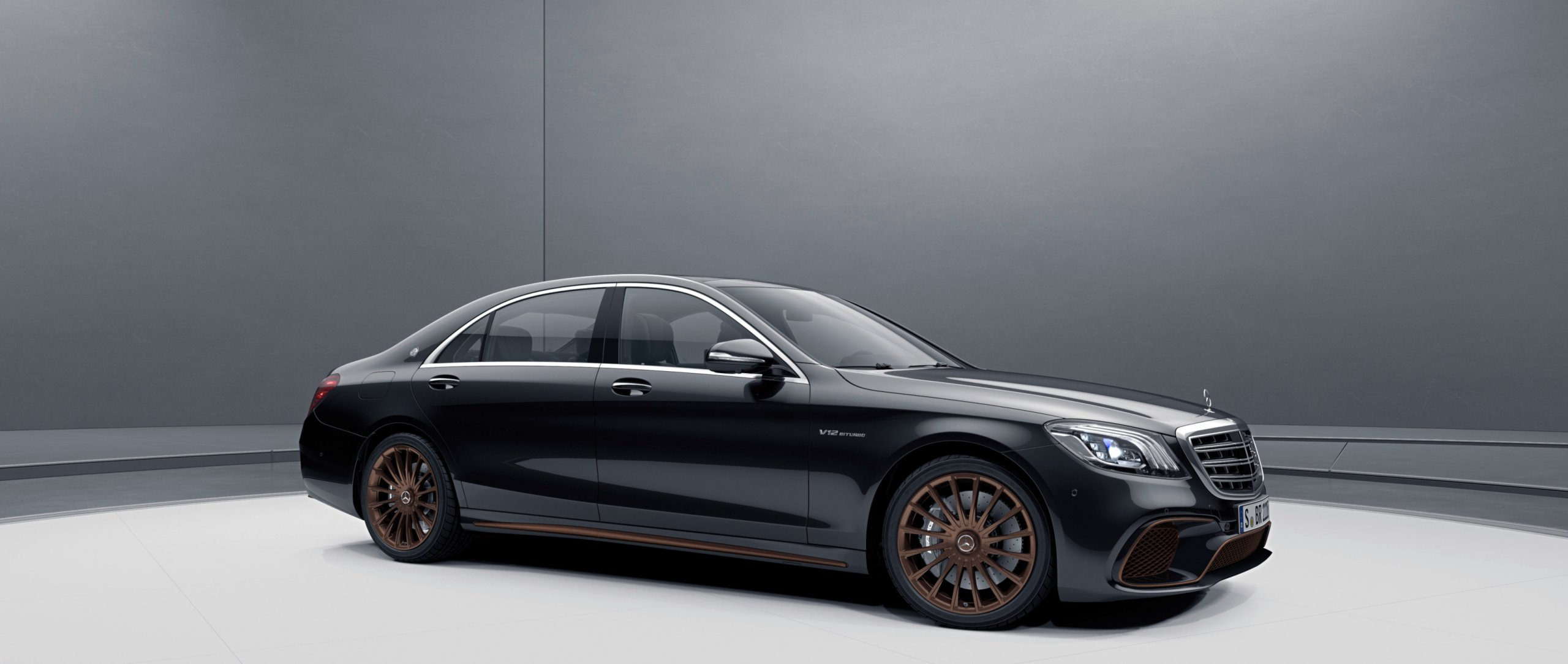 The Mercedes-AMG S 65 Final Edition (V 222) in obsidian black and with 20-inch multi-spoke wheels.