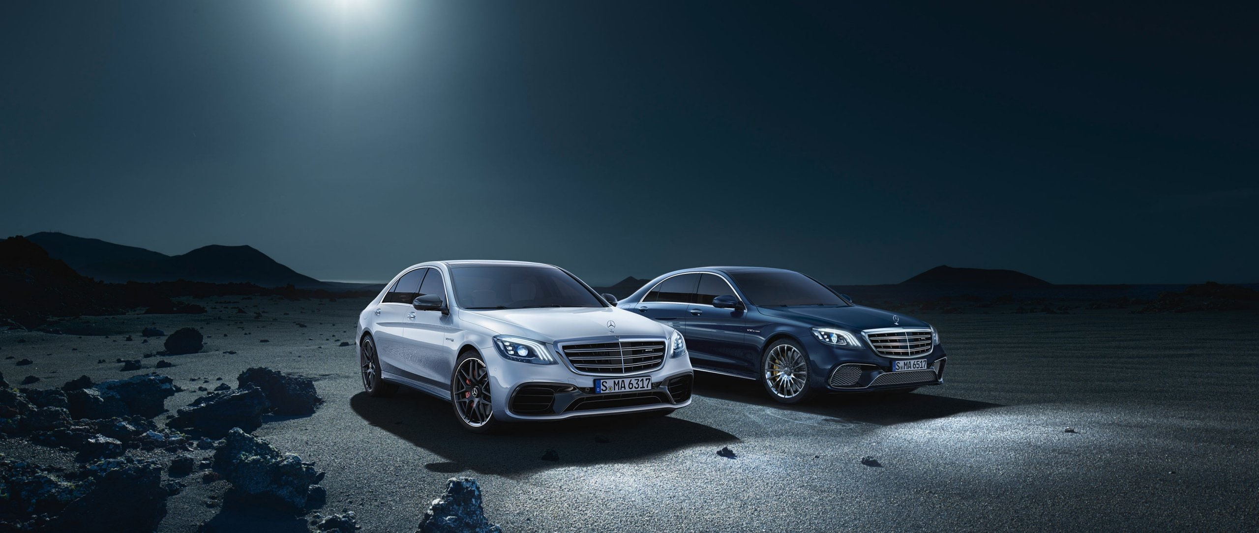 The 2017 Mercedes-AMG S 63 4MATIC+ and the 2017 S 65 (V 222) can be identified from the front by the MULTIBEAM LED headlamps and the redesigned front apron with expressive jet wing.